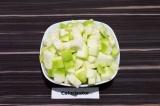 Шаг 2. Кабачок нарезать кубиками. Если семена крупные, их нужно удалить.