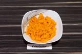 Шаг 3. Морковь очистить и нарезать мелкими кубиками.