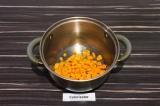 Шаг 5. Добавить морковь, пассеровать 5 минут.