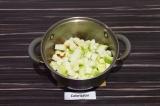 Шаг 6. Добавить кабачок и обжаривать пару минут, чтобы аромат прованских трав