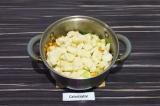 Шаг 7. Добавить картофель и воду. Тушить под закрытой крышкой 25 минут.