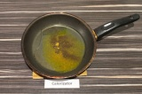 Шаг 6. В сковороде нагревать масло и специи примерно минуту.