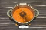 Шаг 7. В суп добавить масло и томатную пасту, перемешать и оставить до остывания