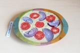 Шаг 10. Выложить помидор и лук поверх пирога и отправить в духовку при 180 граду
