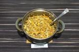 Шаг 7. Смешать гречневую кашу с морковью и адыгейским сыром.