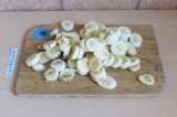 Шаг 1. Нарезать бананы кружочками и отправить в морозилку на пару часов.