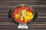 Шаг 3. Влить в кастрюлю два с половиной литра воды, добавить ягоды, апельсин