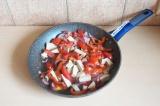 Шаг 5. Смешать овощи и тофу и потушить минут 10.
