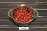 Шаг 1. Влить в кастрюлю воду и добавить клубнику, варить 30 минут.