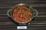 Шаг 3. Добавить мяту к ягодам и варить еще 10 минут.