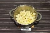 Шаг 4. Добавить картофель, пассеровать 2 минуты.