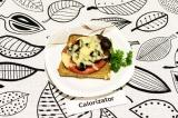 Готовое блюдо: бутерброды с помидорами и оливками