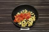 Шаг 4. Тушить баклажан с томатной мякотью в течение 15 минут.