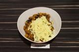 Шаг 6. Смешать сыр с горячими баклажанами. Получится вязкая начинка для фарширов