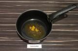 Шаг 5. В сотейнике нагреть масло, добавить семена горчицы, обжаривать полминуты.