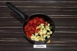 Шаг 6. Добавить баклажан и помидор, подсолить и тушить 15 минут.