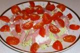 Шаг 2. Нарезать помидоры черри в салат и для украшения. Выложить.