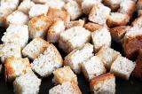 Шаг 3. Нарезать хлеб кубиками и обжарить.