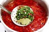 Шаг 6. Затем овощи залить мясным бульоном, приправить, варить до готовности. Доб