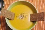 Шаг 5. Подавать суп со сметаной и гренками или хлебцами.