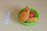 Шаг 2. Нарезать персики и банан кусочками.