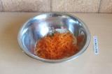Шаг 5. Добавить морковь и перемешать.