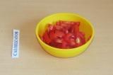 Шаг 3. Нарезать помидоры квадратиками.