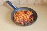 Шаг 7. Порезанные овощи потушить до готовности под закрытой крышкой.