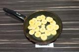 Шаг 4. Ломтики банана поджарить на сковородке с добавлением воды. Примерно 7 мин