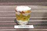 Шаг 6. В прозрачный стакан выложить слоями творог, банан и нектарины. Украсить