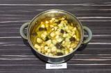 Шаг 10. Добавить запеченные овощи и влить воду. Довести до кипения и варить еще
