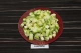 Шаг 2. Кабачок очистить от семян и нарезать кубиками.