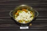 Шаг 5. За пару минут до готовности добавить адыгейский сыр и перемешать.