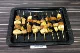 Шаг 6. Нанизать на шпажки баклажан и хлеб. Запекать в духовке при 180 градусах