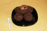 Готовое блюдо: маффины шоколадные с малиной