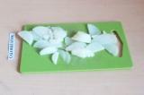 Шаг 2. Очистить и нарезать лук полукольцами.