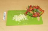 Шаг 4. Добавить овощи к фаршу. Тушить минут 10.
