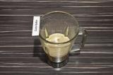 Шаг 3. Перелить овсяное молоко с кофе в блендер, добавить финики и взбить до одн