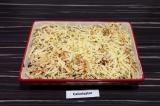 Шаг 10. Сверху выложить оставшиеся макароны и присыпать сыром. Запекать в духовк