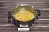 Шаг 1. Отварить макароны в подсоленной воде, лишнюю воду слить.