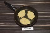 Шаг 4. Выложить ложкой будущие оладьи на сухую сковороду и обжарить с двух сторо