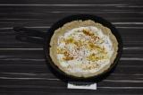 Шаг 6. Смазать основу для пирога сметаной и присыпать специями.