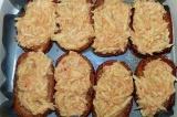 Шаг 3. Выложить смесь на обжаренный хлеб и запекать.
