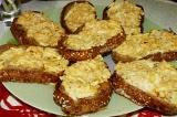 Готовое блюдо: горячий бутерброд с яблоками