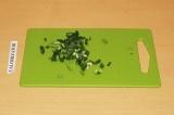 Шаг 6. Зеленый лук нарезать.