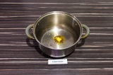 Шаг 5. В кастрюле с толстым дном нагреть специи с подсолнечным маслом, примерно