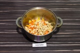 Шаг 6. В масле со специями пассеровать морковь и болгарский перец вместе со спар