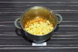 Шаг 7. Добавить картофель и воду, варить до готовности, примерно 15 минут.