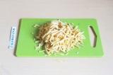 Шаг 10. Сыр натереть на терке.