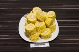 Шаг 1. Кукурузу нарезать крупными ломтиками.
